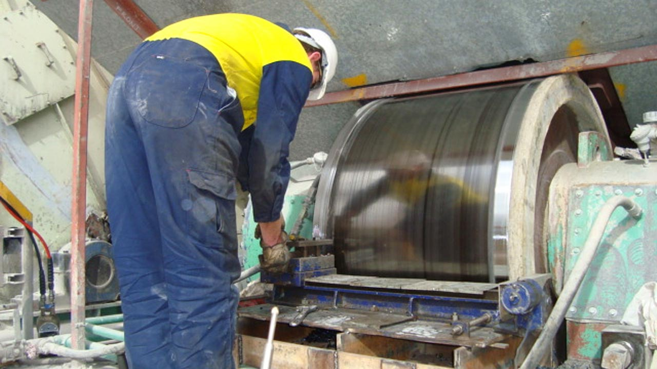 In situ machining of a trunnion roller